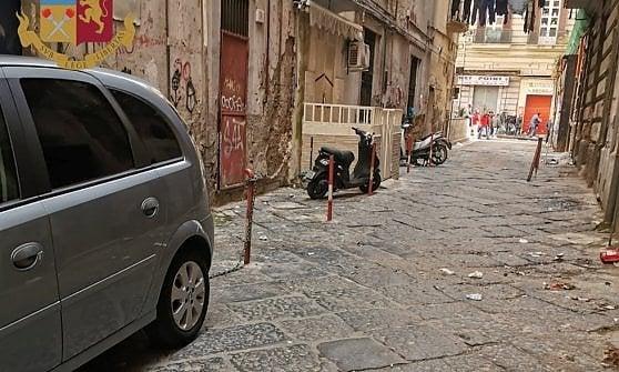 """Napoli, Duchesca: parcheggiatore abusivo installa paletti e catene per """"riservare"""" posti"""