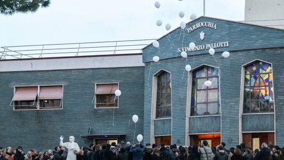 """Folla ai funerali del 19enne precipitato al Vomero, il parroco: """"Morte assurda"""""""
