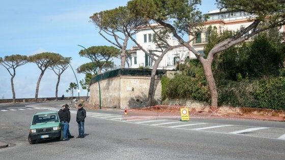 Posillipo, alberi abbattuti, è caos: tre strade chiuse