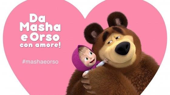 Masha e Orso si presentano a sorpresa il giorno di San Valentino a Napoli