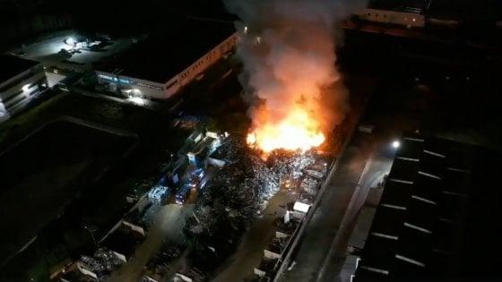 Terra dei fuochi, in fiamme deposito di rifiuti ad Acerra