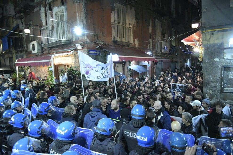 Salvini a Napoli: tensione tra manifestanti dei centri sociali e polizia