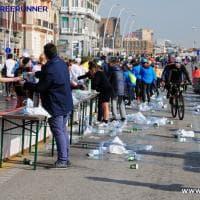 """Maratona a Napoli, la denuncia: """"Altro che Plastic Free: bottigliette ovunque"""". La replica: """"Lavoriamo insieme per l'edizione 2021"""""""