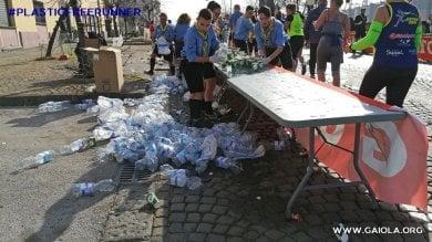 """Half Marathon, la denuncia: """"Altro  che Plastic Free:   bottigliette ovunque""""    Foto"""