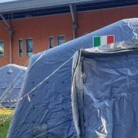Coronavirus, in Campania tende da campo fuori agli ospedali