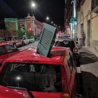 Paura a Posillipo, persiana si stacca e sfonda il tetto di una macchina