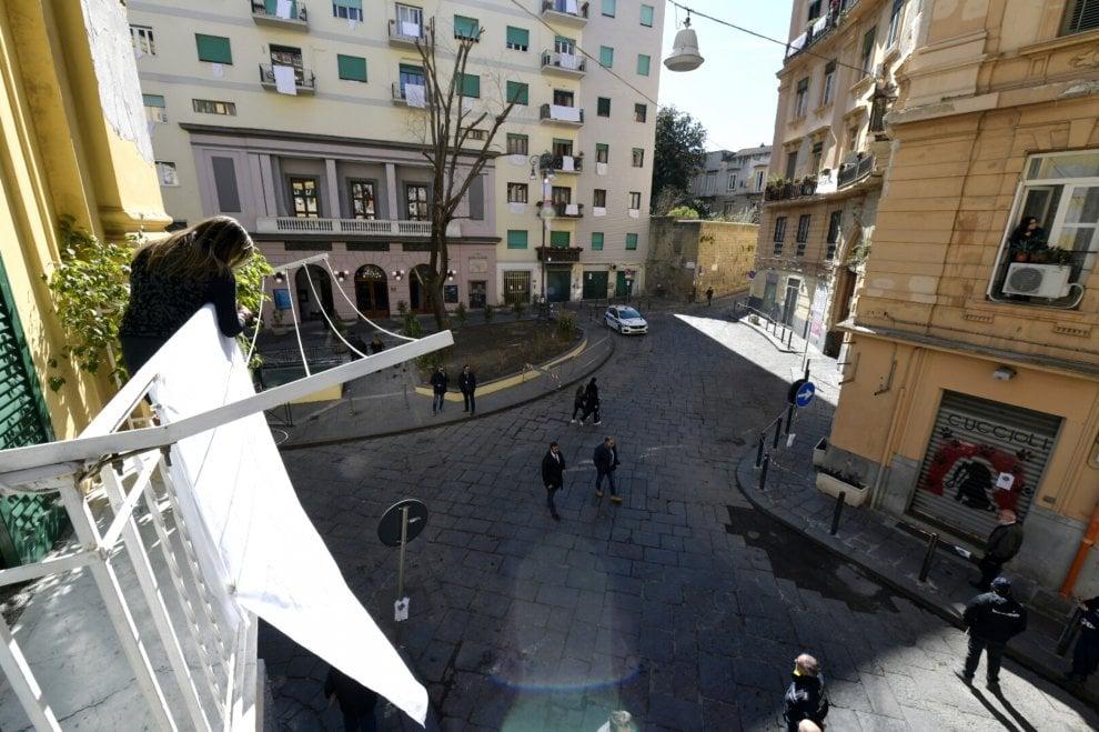 Macron a Napoli, lenzuoli bianchi contro il degrado