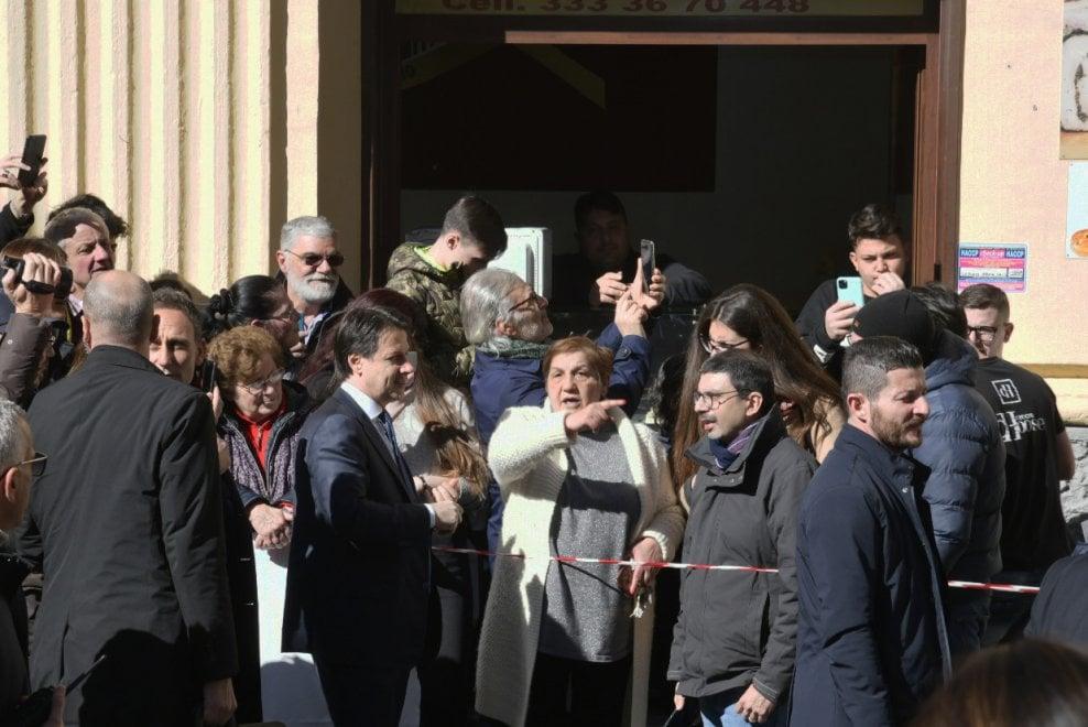 """Residenti di piazza De Filippo a Conte: """"Non ci abbandonate"""""""