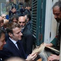 Conte e Macron a Napoli, selfie e strette di mano. Il presidente francese:
