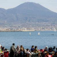 Sole, baretti e shopping: la Napoli che non chiude per il coronavirus
