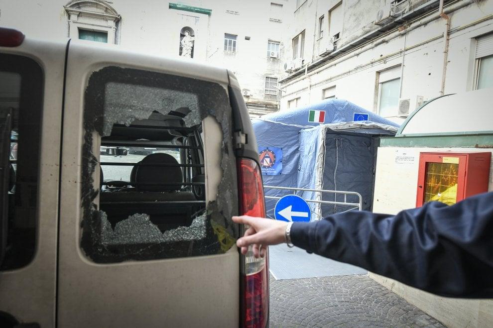 Napoli, Ospedale Pellegrini devastato dai parenti del 15enne morto