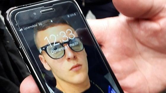 """Carabiniere a Napoli uccide un 15enne che lo stava rapinando. Il padre: """"Lo ha colpito alla nuca"""". Fermato il complice 17enne"""