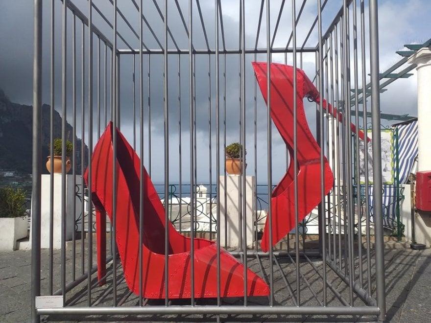 capri due maxi scarpe rosse con tacchi a spillo no alla violenza sulle donne la repubblica capri due maxi scarpe rosse con tacchi