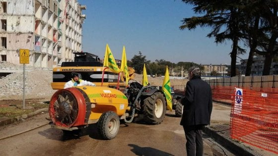 Coronavirus, a Scampia arrivano i trattori della Coldiretti per la disinfestazione