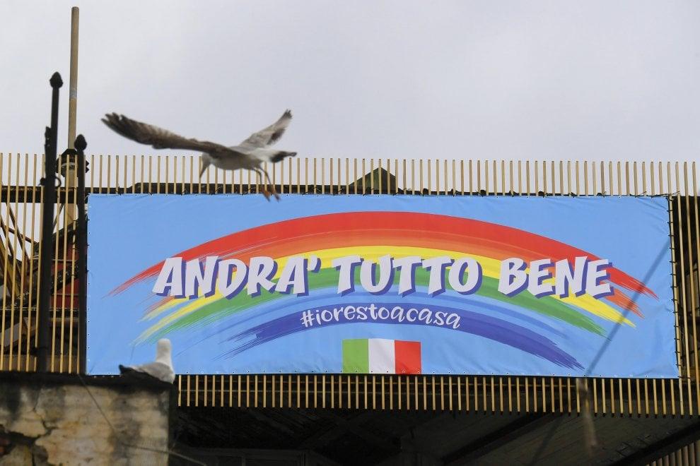 """""""Andrà tutto bene"""", l'arcobaleno anche sulla Circumvesuviana di Napoli"""
