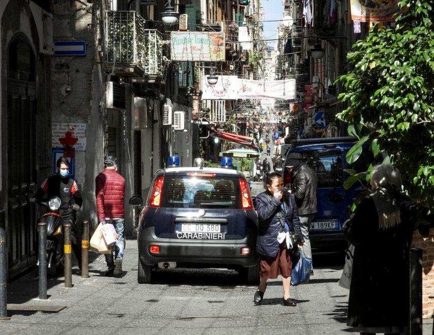 Coronavirus: controlli serrati alla Pignasecca, ma ai Quartieri tanta folla ancora in strada