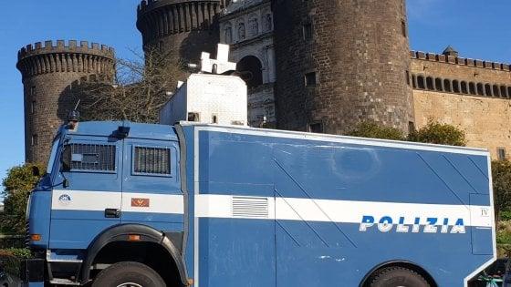 Coronavirus, idranti della polizia per sanificare le strade di Napoli