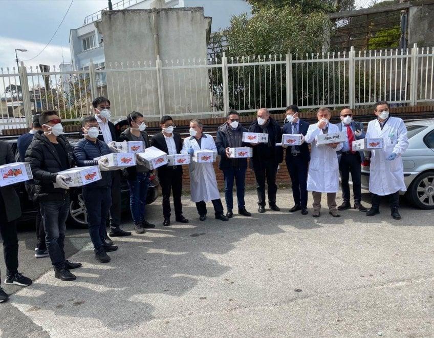La comunità cinese regala mascherine a poliziotti, vigili e medici di Napoli