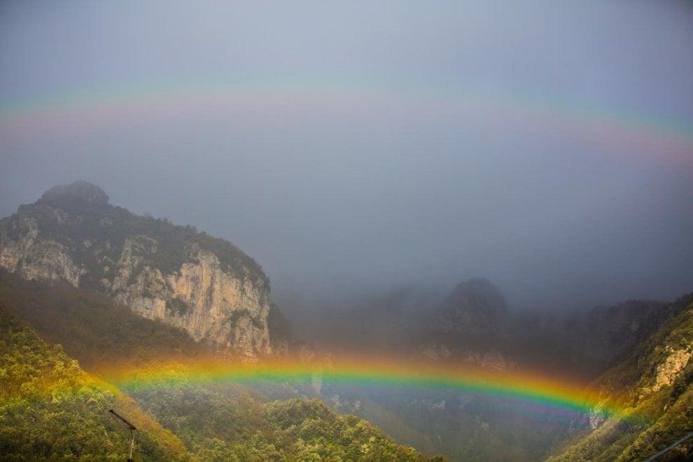 Positano, lampi di bellezza dalle finestre: spunta un doppio arcobaleno