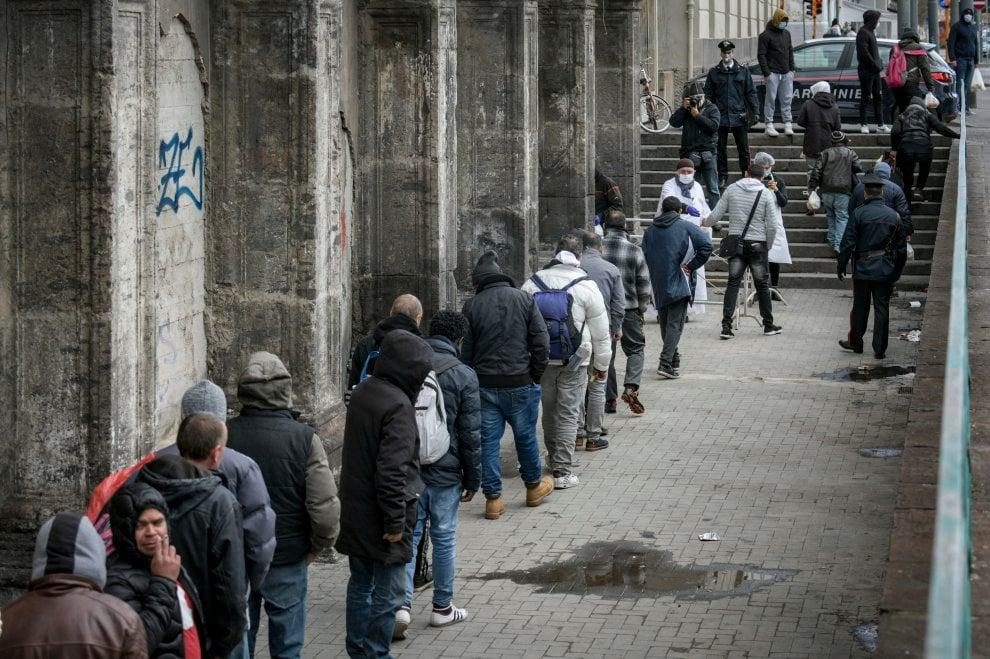 Coronavirus, la fila davanti alla mensa dei poveri del Carmine a Napoli