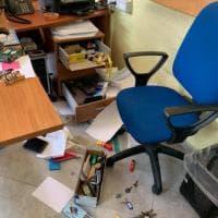 Raid vandalico e furto in municipalità: rubati pc e danneggiate parti della struttura