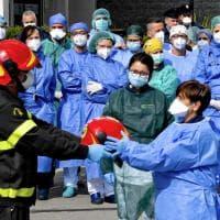 Napoli, omaggio dei vigili del fuoco ai medici del Cotugno e del Cardarelli
