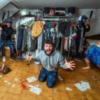 Il fotografo che si clona per combattere la solitudine da quarantena
