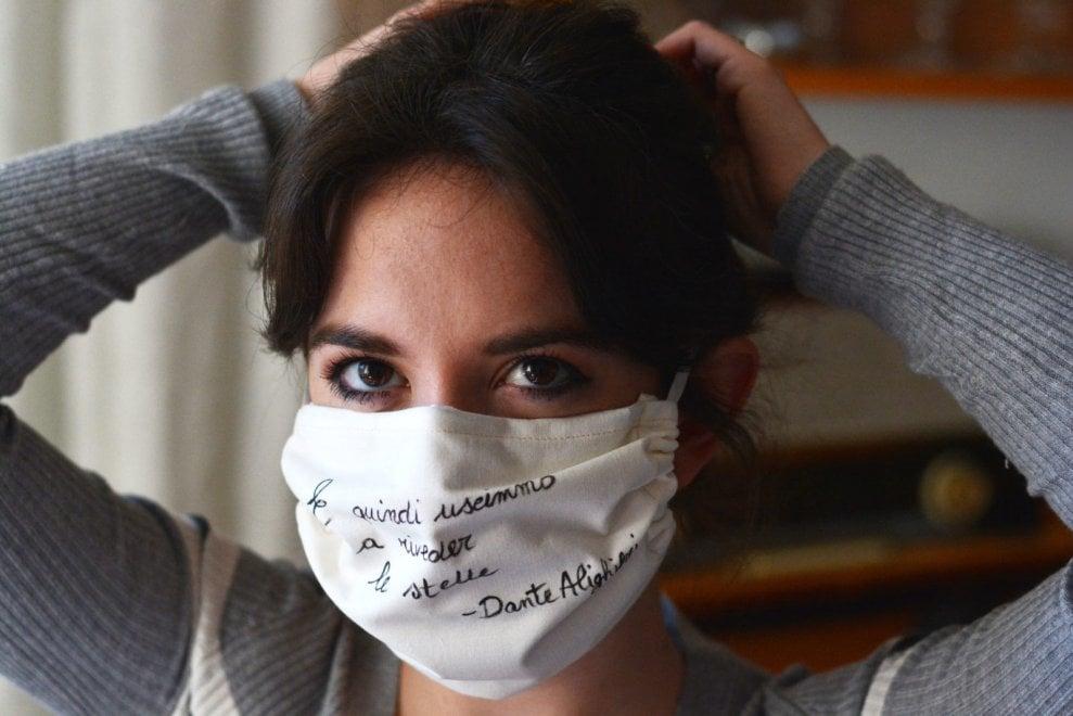 """Coronavirus, l'idea di Simona: """"Le mie mascherine declamano poesie"""""""