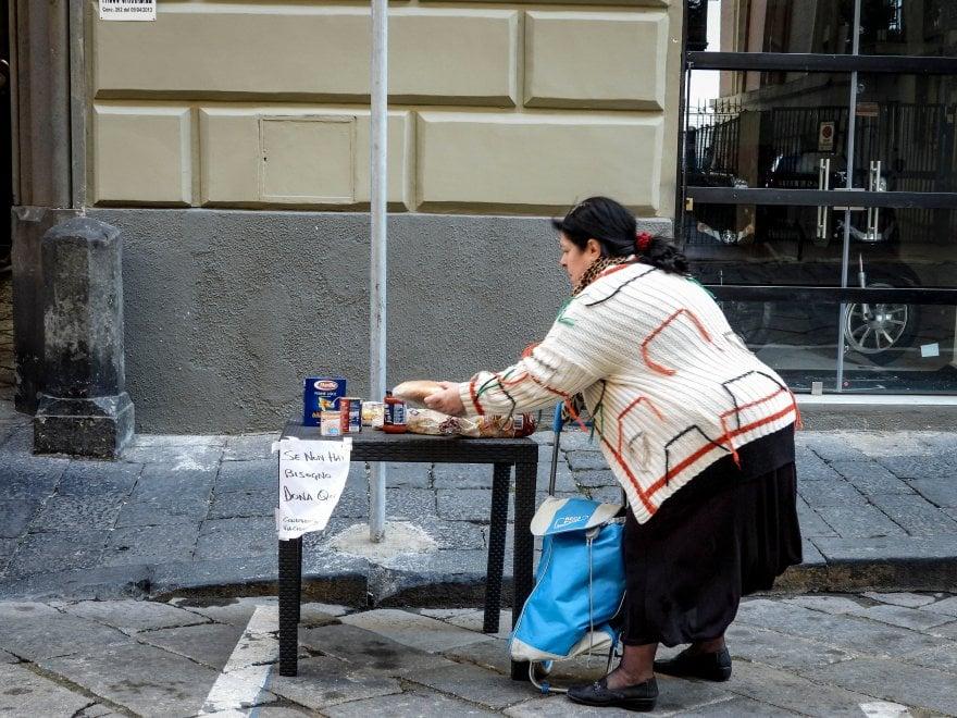 """Napoli, il """"condominio solidale"""": pasta e pacchi ai bisognosi da ritirare davanti al portone"""