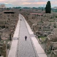 """""""Nella solitudine di Pompei"""", la foto del direttore Massimo Osanna che passeggia da solo negli scavi"""