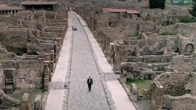 """""""Nella solitudine di Pompei"""", la foto del direttore che passeggia da solo negli scavi"""