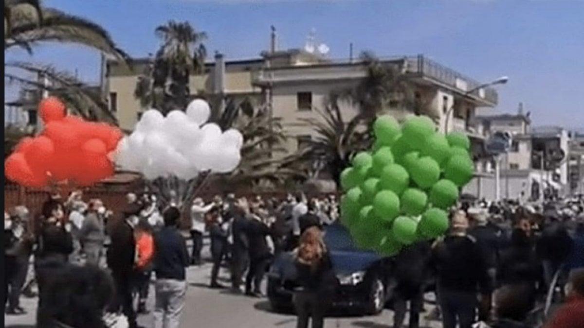 Coronavirus, folla per il funerale del sindaco di Saviano, indaga ...