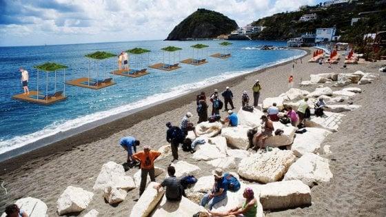 Ischia, l'idea degli operatori: lettini in mare per salvare la distanza sociale