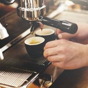 Coronavirus fase 2, bar serve caffè dalla finestra: sanzionati titolare e clienti