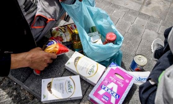 Napoli, coronavirus: il calciatore Ghoulam distribuisce cibo agli immigrati in piazza Garibaldi