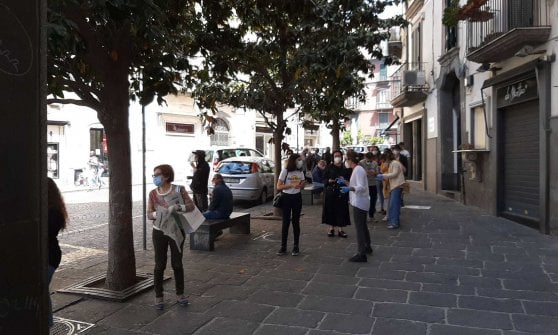 Riapre la Feltrinelli di piazza dei Martiri, code all ...