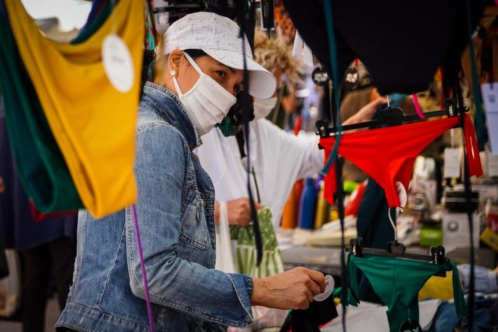 Napoli, riapre il mercatino di abbigliamento del Vomero