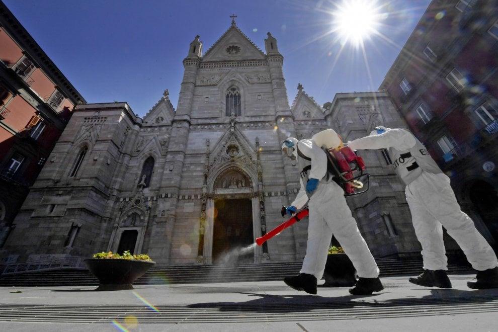 Napoli, l'esercito sanifica il Duomo e le chiese