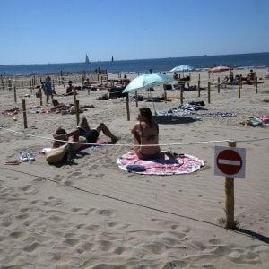 Campania: riaprono le spiagge, lettini a un metro e mezzo di distanza, ok gite in barca