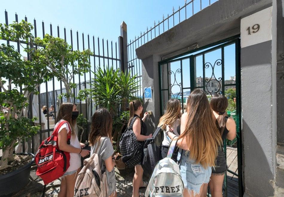 Napoli, lidi ancora chiusi: folla di bagnanti sugli scogli di Marechiaro