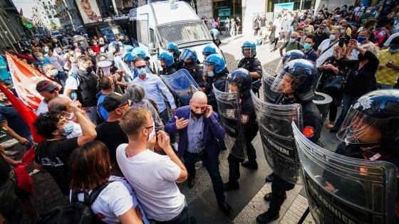 """Napoli, centinaia di disoccupati in piazza: feriti 3 poliziotti. Gabrielli: """"Inammissibile"""""""