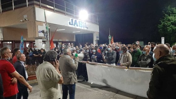"""Jabil, la rabbia degli operai in fabbrica: """"Una doccia gelata l'interruzione della trattativa"""""""