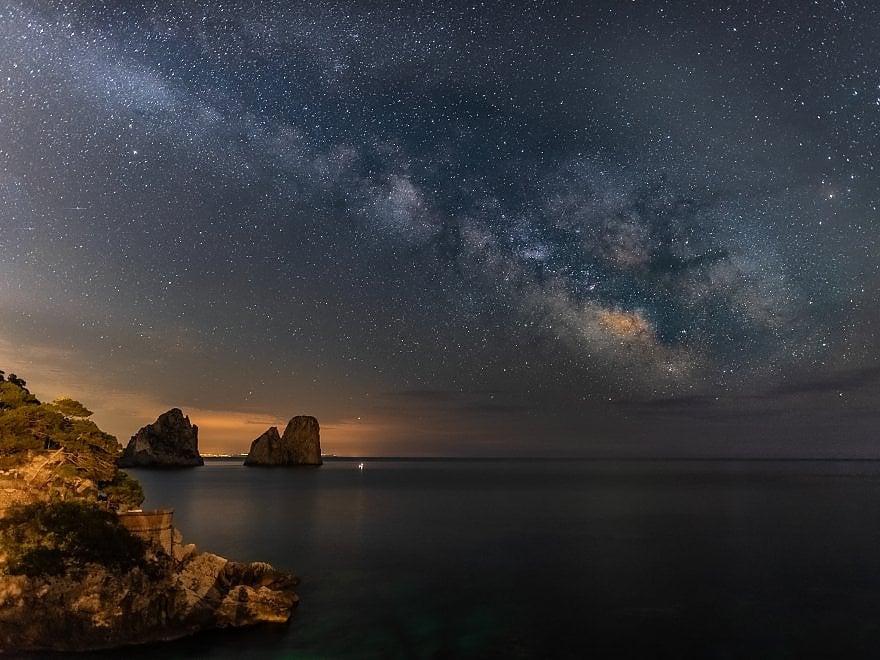 Notte d'incanto a Capri, la via Lattea illumina i Faraglioni