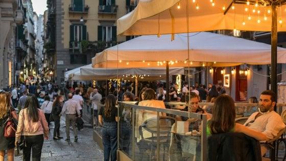 Campania, la movida chiude all'una: nuova ordinanza di De Luca. Stop vendita alcol dopo le 22