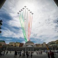 Le frecce tricolori nel cielo di Napoli, dal Plebiscito al golfo