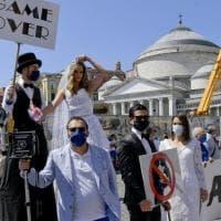 Fase 2, a Napoli fotografi di cerimonie in piazza: protesta con finti sposi al Plebiscito