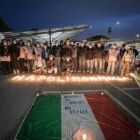 """Whirlpool Napoli, gli operai accendono 350 candele: """"Così ricomincia la lotta"""""""