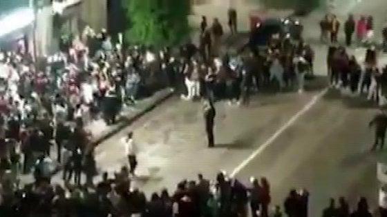 """Movida, ad Avellino cori anti-De Luca: e il sindaco Festa """"dirige"""" i giovani. Il sindaco di Salerno: """"Si deve dimettere"""""""