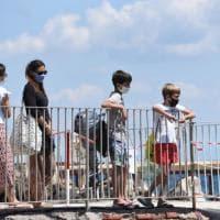 Ischia, al mare con le mascherine: boom in spiaggia ai tempi del Covid