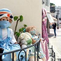 """Capri, le bambole di nonna Titina: """"Mascherine en pendant per dare l'esempio"""""""